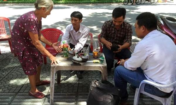 diba2 IIAQ Hãy hình dung và tả lại Bà cụ bán hàng nước chè trong bài viết của Nguyễn Tuân