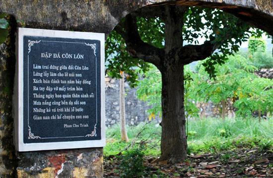 van mau cam nhan ve bai tho dap da o con lon cua phan chau trinh Cảm nhận về bài thơ Đập đá ở Côn Lôn của Phan Châu Trinh