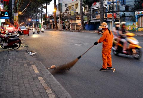 11204604 5 Tả hình dáng và công việc của một chị công nhân vệ sinh đường phố
