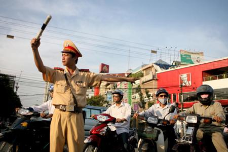canh sat giao thong giaoducvietnam 15 Tả chú cảnh sát điều khiển phương tiện giao thông